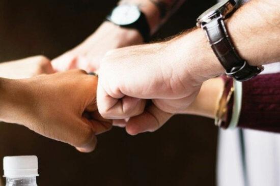 mains contre les autres
