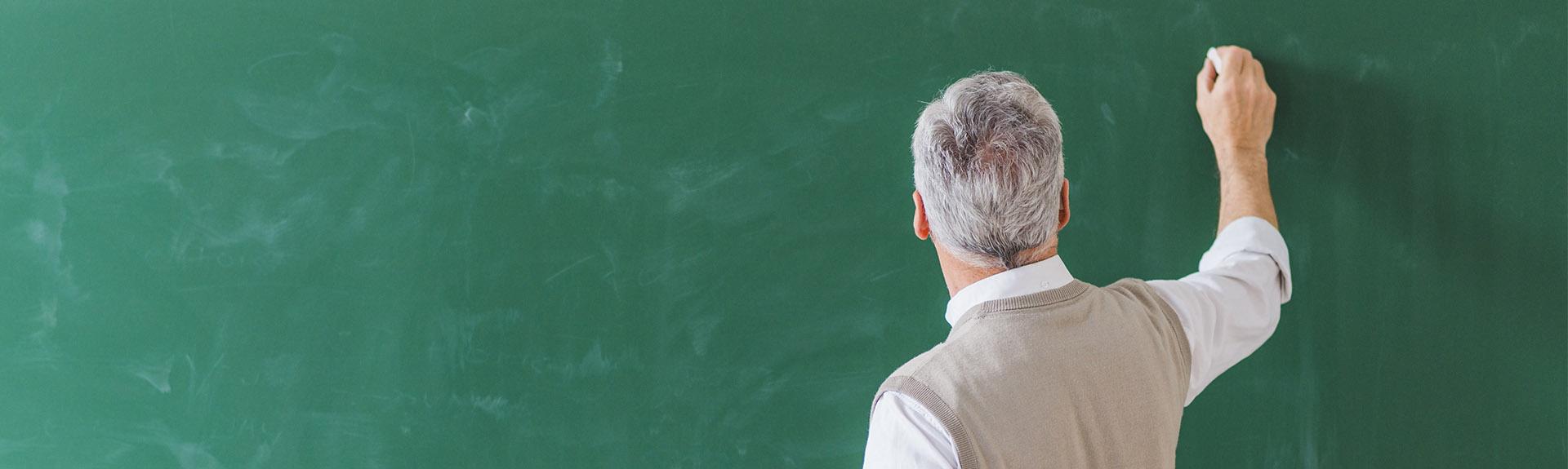 Enseignant chercheur écrivant sur un tableau