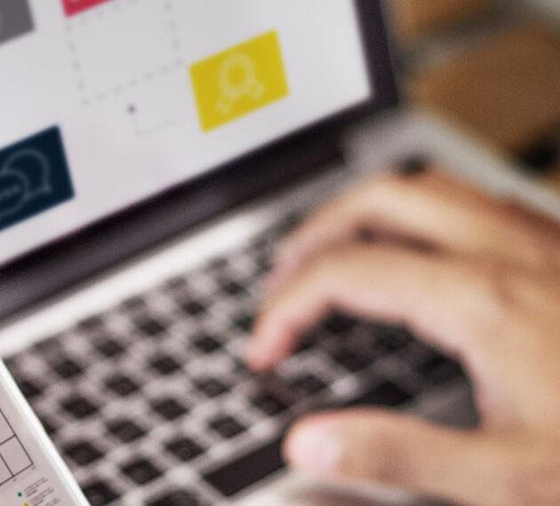 Personne utilisant les nouveaux outils du marketing digital