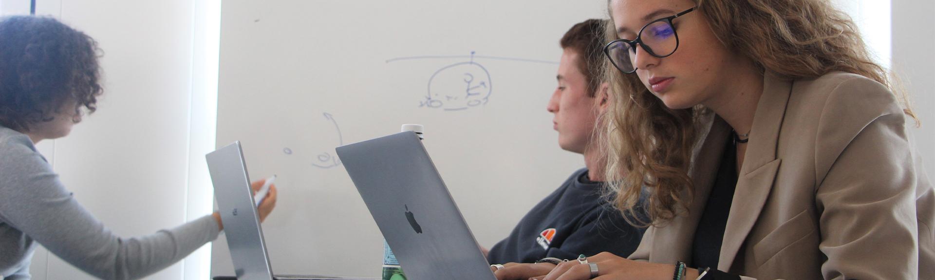 header étudiants en cours sur ordinateur