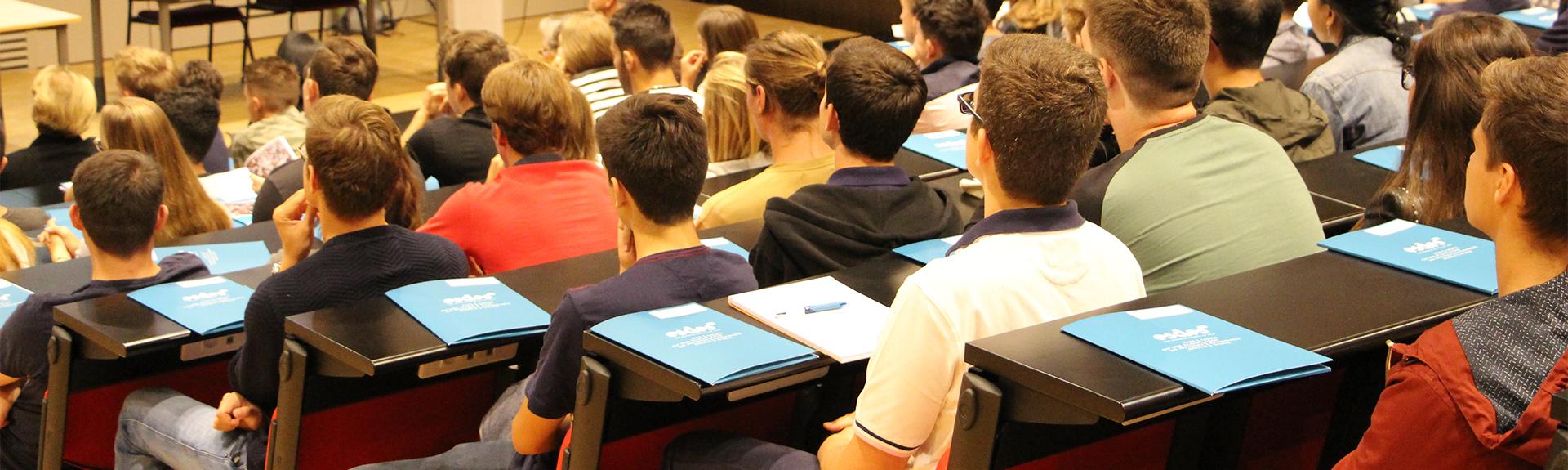 header étudiants en amphi