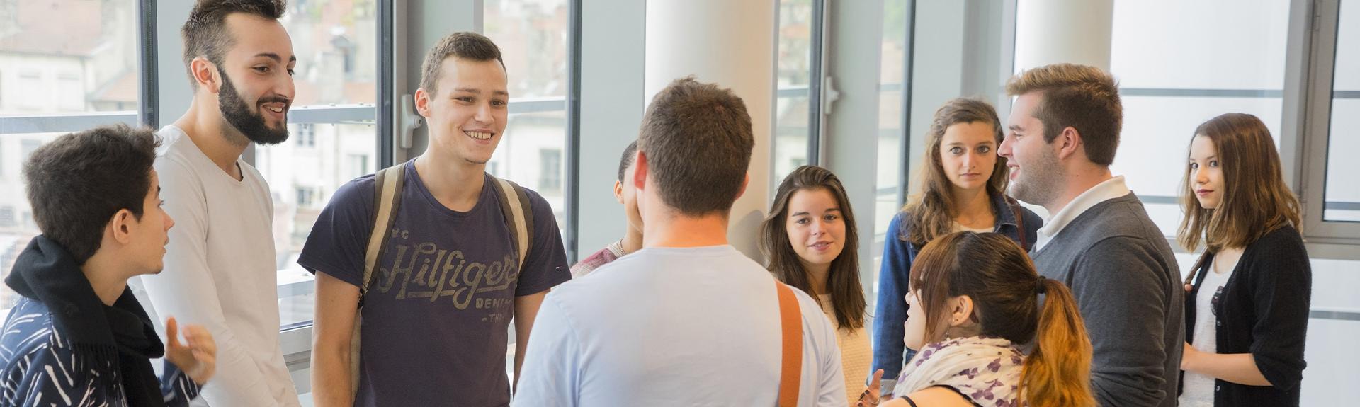 header étudiants couloir