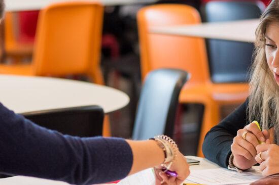 header étudiants cafétaria discussion