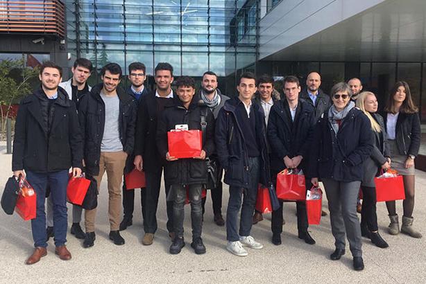 photo étudiants devant l'entreprise SEB